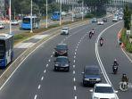 sejumlah-kendaraan-roda-empat-melintas-di-jalan-jenderal-sudirman-jakarta-minggu-282020.jpg