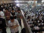 sejumlah-umat-muslim-menunaikan-shalat-idul-fitri_20170624_202124.jpg