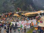 sekelompok-karyawan-yang-bekerja-di-area-pt-freeport-indonesia-di-tembagapura-mimika-papua-demo.jpg