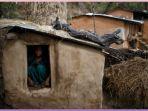 seorang-gadis-remaja-duduk-di-sebuah-gudang-di-perbukitan-desa_20180113_122243.jpg