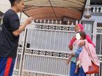 seorang-ibu-mendatangi-kediaman-baim-wong-dan-paula-verhoeven-untuk-meminta-bantuan.jpg