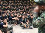seorang-kepala-militer-thailand-menunjukkan-cara-makan-tokek-hidup-hidup.jpg