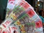 seorang-penjual-jasa-penukaran-uang-pecahanan-rp-75000-rupiah.jpg