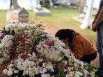 seorang-wanita-menempelkan-wajahnya-pada-makam-ani-yudhoyono.jpg