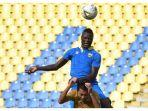 striker-persib-bandung-ezechiel-ndouassel-berduel-udara-dengan-pemain-persib-b.jpg