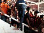 suporter-memanjat-tribun-penonton-stadion-utama-gelora-bung-karno_20180217_224119.jpg