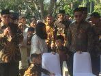susilo-bambang-yudhoyono-sby-saat-berziarah-ke-makam-almarhumah-istrinya-ani-yudhoyono.jpg