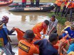 tim-sar-mengevakuasi-salah-satu-korban-tenggelam-di-sungai-kampar-yang-ditemukan-di-desa-muara-takus.jpg