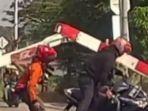 video-menampilkan-seorang-pengendara-sepeda-motor-menabrak-palang-perlintasan-kereta-api.jpg
