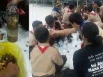 volunteer-earth-hour-solo-membantu-para-murid-smp-negeri-4-surakarta-melakukan-praktik-ekoenzim.jpg