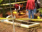 warga-desa-cipalabuh-kecamatan-cijaku-kabupaten-lebak-banten-melakukan-penggalian.jpg