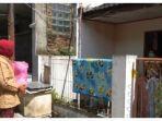 warga-di-cimahi-saat-menyerahkan-bantuan-kepada-tetangganya-yang-positif-covid-19.jpg