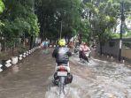 warga-kampung-makasar-jakarta-timur-manfaatkan-banjir-untuk-cuci-motor-2.jpg