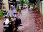 warga-melintas-di-genangan-air-banjir-berwarna-merah-di-kelurahan-jenggot-pekalongan-jawa-tengah.jpg