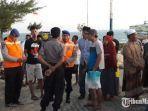 warga-menunggu-kedatangan-korban-kapal-tenggelam-di-pelabuhan-dungkek.jpg