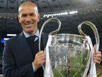 zinedine-zidane-mempersembahkan-trofi-liga-champions-3-kali-beruntun-untuk-real-madrid_20180531_205520.jpg